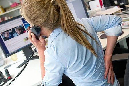 Wer im Job viel sitzt, sollte regelmäßig kleine Bewegungspausen einbauen. Das beugt Rückenschmerzen vor. Foto: Inga Kjer/dpa-tmn