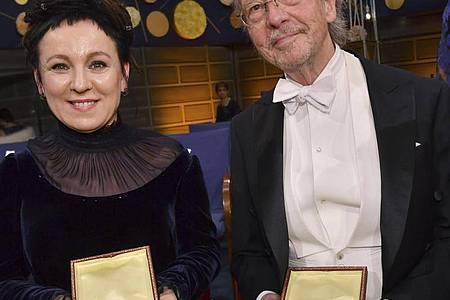 Doppelte Vergabe: Olga Tokarczuk aus Polen (l) und Peter Handke aus Österreich mit ihren Medaillen bei der Nobelpreisverleihung. Foto: Jonas Ekstromer/TT NEWS AGENCY/AP/dpa/Archiv