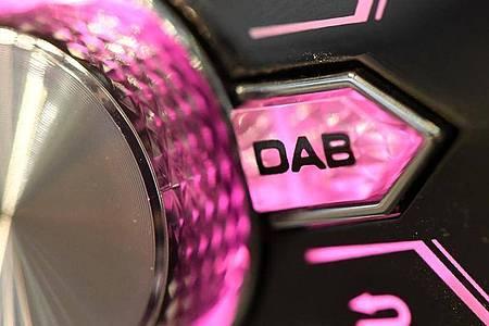 Ab Ende 2020 ohnehin Standard in Autos: Digitalradio (DAB+). Foto: Andrea Warnecke/dpa-tmn