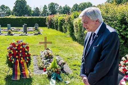 Anlässlich des ersten Todestages gedachte der Hessische Ministerpräsident Volker Bouffier dem ermordeten Politiker Lübcke an dessen Grab in Wolfhagen-Istha. Foto: Staatskanzlei/T. Lohnes/dpa