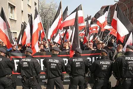 Polizisten sichern eine Demonstration von Rechtsextremisten in der Dortmunder Innenstadt. Foto: David Young/dpa