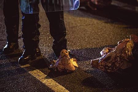 Katalanische Sicherheitskräfte sind von Demonstranten unter anderem mit Schweineköpfen beworfen worden. Foto: Matthias Oesterle/ZUMA Wire/dpa