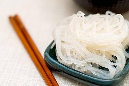 Konjaknudeln passen gut zu asiatischen Gerichten. Sie enthalten einen Ballaststoff, der die 50-fache Menge seiner eigenen Masse an Wasser aufnehmen kann. Foto: Zacharie Scheurer/dpa-tmn