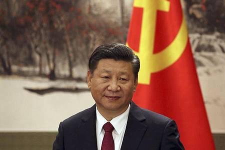 Chinas Staatschef Xi Jinping 2017 bei der Vorstellung des Ständigen Ausschusses des Politbüros in der Großen Halle des Volkes in Peking. Foto: Ng Han Guan/AP/dpa