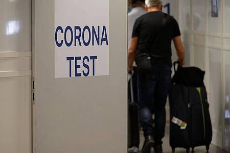 Reiserückkehrer gehen zum Corona-Testzentrum im Flughafen Düsseldorf. Foto: Henning Kaiser/dpa