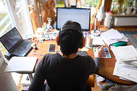 Viele Arbeitnehmer haben sich während der Corona-Krise an das Arbeiten zuhause gewöhnt. Doch nur noch im Homeoffice tätig sein wollen die wenigsten. Foto: Sebastian Gollnow/dpa