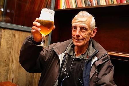 Bei der Wiedereröffnung des Pubs «The Toll Gate» nimmt Michael Robinson das erste Bier zu sich. Foto: Aaron Chown/PA Wire/dpa