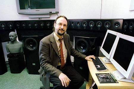 Karlheinz Brandenburg, Leiter der Fraunhofer Arbeitsgruppe für Elektronische Medientechnologie (AEMT) Ilmenau, hat das MP3-Format entwickelt. Das Datenformat hat die gesamte Musikindustrie auf den Kopf gestellt. Foto: Heinz Hirndorf/dpa-Zentralbild/dpa
