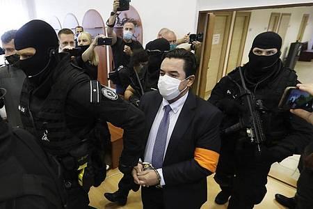 Marian Kocner (M) gilt als Drahtzieher des Mordes an dem Enthüllungsjournalisten Jan Kuciak und seiner Verlobten Martina Kusnirova. Foto: Petr David Josek/AP/dpa