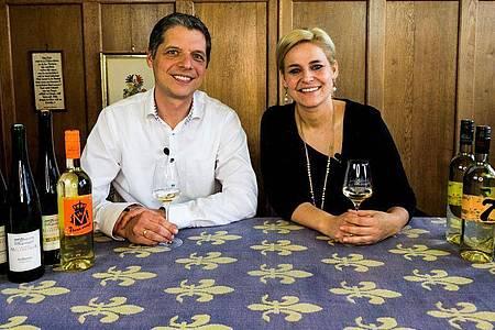 Das Winzerpaar Franz und Esther Melsheimer vom Klosterhof Siebenborn verschicken an interessierte Kunden Pakete mit 13 Weinen in Viertelliter-Fläschchen plus ein Video, das sie eigens gedreht haben mit Erklärungen zu den verschiedenen Weinen. Andere Winzer verschicken Weine und verabreden sich virtuell zu einer bestimmten Uhrzeit mit der Kundschaft. Foto: Melsheimer /Privat/dpa