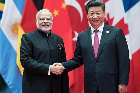 Der indische Premierminister Narendra Modi (l) und der chinesische Präsident Xi Jinping bei einem Treffen im September 2016. Zwischen den beiden bevölkerungsreichtsen Staaten der Erde sind neue Grenzstreitigkeiten aufgeflammt. Foto: picture alliance / dpa