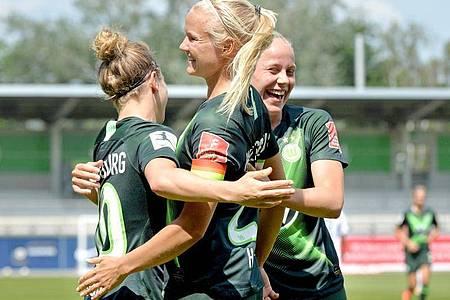 Die Frauen vom VfL Wolfsburg durften sich über den vierten Meistertitel in Serie freuen. Foto: Hauke-Christian Dittrich/dpa