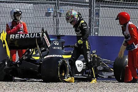 Daniel Ricciardo vom Renault F1 Team steigt aus seinem Wagen, nachdem er in Kurve neun in die Reifenstapel gekracht ist. Foto: Leonhard Foeger/Pool Reuters/AP/dpa