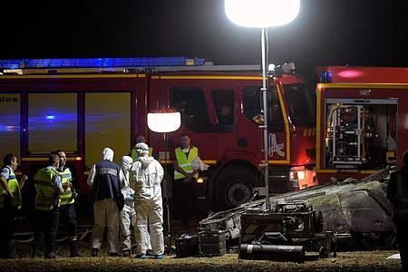 Retter und Feuerwehrleute an der Unfallstelle auf der Autobahn A7 bei Valence. Foto: Olivier Chassignole/AFP/dpa