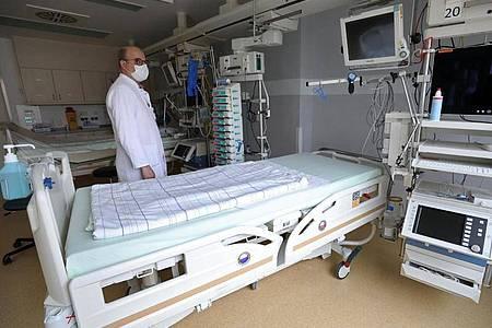 Ein Intensivbett in der Universitätsmedizin Rostock. Foto: Bernd Wüstneck/dpa-Zentralbild/dpa