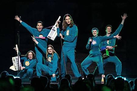 Die Band Dadi Freyr og Gagnamagnid aus Island ganz in Blau. Foto: Mummi Lu/EBU/dpa