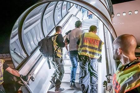 Das Archivfoto zeigt einen Abschiebeflug vom Flughafen Leipzig-Halle nach Afghanistan. Foto: Michael Kappeler/dpa