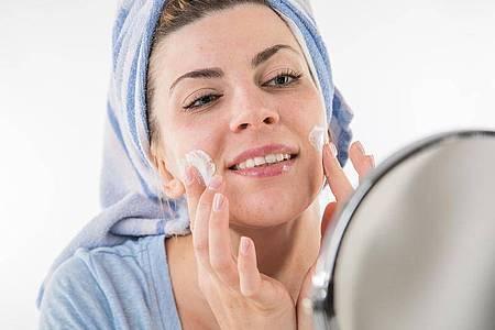 Was steckt in der Gesichtscreme - sind es nur natürliche Inhaltsstoffe?. Foto: Christin Klose/dpa-tmn