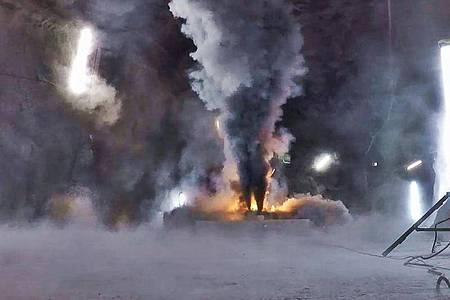 Ein Batteriemodul eines Elektroautos entwickelt beim Brand große Mengen von Ruß, in dem sich giftige Metalloxide befinden. (Bestmögliche Bildqualität). Foto: Amstein+ Walthert Progress AG/Empa/dpa