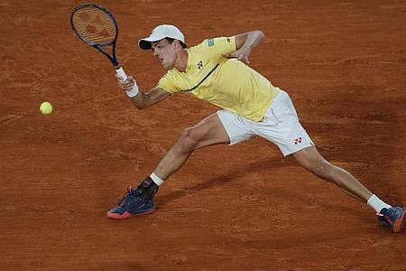 Daniel Altmaier unterlag dem Spanier Pablo Carreno Busta im French Open-Achtelfinale in drei Sätzen 2:6, 5:7, 2:6. Foto: Christophe Ena/AP/dpa