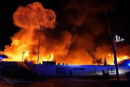 Der Supermarkt in Wendlingen steht in Flammen. Foto: Kohls/SDMG/dpa