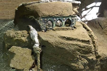 In Pompeji haben Archäologen einen einzigartigen Triumphwagen aus der Antike ausgegraben. Foto: -/Parco archeologico di Pompei/dpa