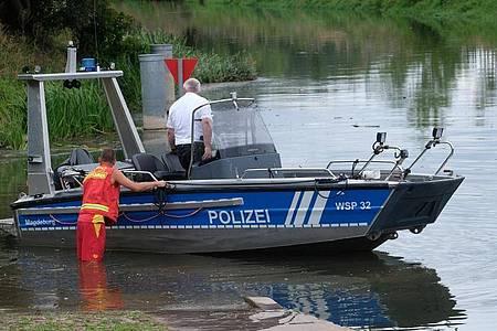 Ein Boot der Wasserschutzpolizei in der Unstrut. Mehrere unabhängige Zeugen wollen dort ein Krokodil gesehen haben. Foto: Sebastian Willnow/dpa-Zentralbild/dpa