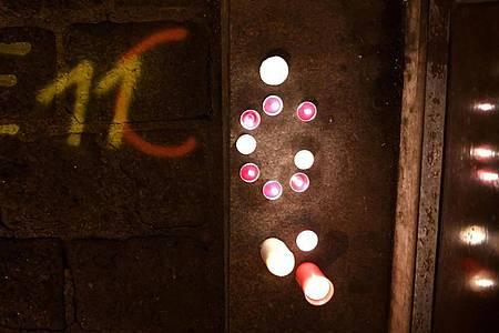 Kerzen brennen am Tatort der Terror-Attacke in einer Seitenstraße der Wiener Innenstadt. Foto: Helmut Fohringer/APA/dpa