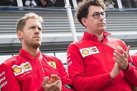 Scuderia-Teamchef Mattia Binotto (r) will bei den Vertragsgesprächen mit Sebastian Vettel (l) nicht zu lange warten. Foto: Benoit Doppagne/BELGA/dpa