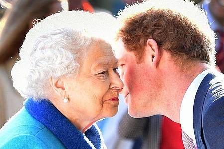 Die Queen und ihr Enkel Prinz Harry 2015 in London. Foto: Julian Simmonds/The Daily Telegr via PA Wire/dpa