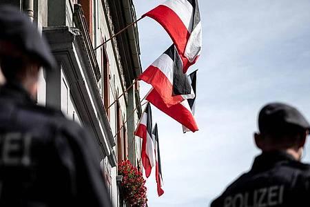 Reichsfahnen an den Fenstern von Rechstsextremisten bewohnter Häuser in Dortmund. Foto: Fabian Strauch/dpa