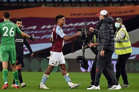 Jürgen Klopp, Trainer von FC Liverpool, gratuliert Ollie Watkins von Aston Villa. Foto: Rui Vieira/PA Wire/dpa