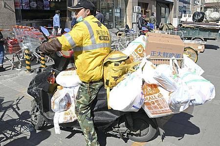 Lieferservice in Peking: Die Nachfrage nach online eingekauften Lebensmitteln ist aufgrund des Coronavirus hoch. Foto: -/kyodo/dpa