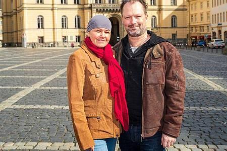 Iventa Karl mit ihrem Partner Robert Prade auf dem Zittauer Markt. Foto: Daniel Schäfer/dpa-Zentralbild/dpa
