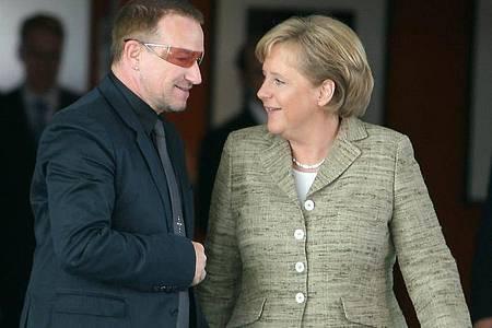 Bundeskanzlerin Angela Merkel (CDU) trifft sich im Bundeskanzleramt mit Bono. Foto: Tim Brakemeier/dpa