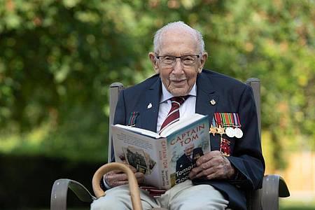Sir Tom Moore mit seiner Autobiographie. Foto: Joe Giddens/PA Wire/dpa