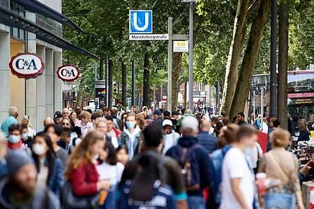 Menschen gehen die Einkaufsstraße Mönckebergstrasse in Hamburg entlang. Deutschlands Bevölkerungszahl ist erstmals seit zehn Jahren leicht zurückgegangen. Foto: Georg Wendt/dpa
