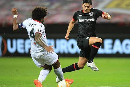 Nizza-Kapitän und Ex-Bundesliga-Profi Dante versucht Bayer-Torschütze Amiri vom Ball zu trennen. Foto: Wolfgang Rattay/Reuters-Pool/dpa