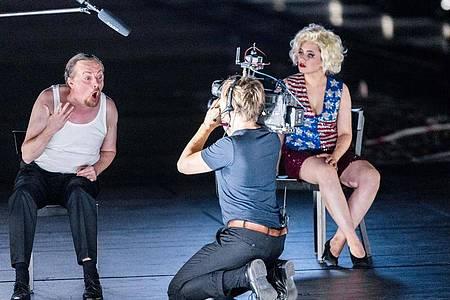 "Die Sänger Georg Nigl als Rolle 4m und Jana Kurucova als Rolle 2w in ""molto agitato"". Foto: Markus Scholz/dpa"