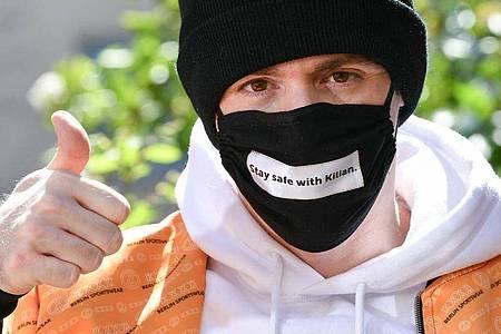 Designer Kilian Kerner trägt eine Mund- und Nasenmaske seines Labels KXXK. Foto: Jens Kalaene/dpa-Zentralbild/dpa