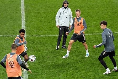 Bundestrainer Joachim Löw beobachtet die Nationalspieler beim Abschlusstraining. Foto: Federico Gambarini/dpa