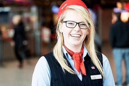 Unverkennbare Dienstkleidung: Sarah Thieme macht bei der Deutschen Bahn eine Ausbildung zur Kauffrau für Verkehrsservice. Foto: Zacharie Scheurer/dpa-tmn
