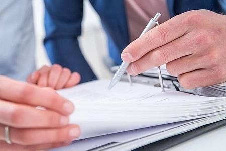 Vereinbarungen zu sogenannten Minusstunden im Job finden Arbeitnehmer in ihrem Arbeitsvertrag oft eher unter Stichworten wie Gleitzeit oder Vertrauensarbeitszeit. Foto: Christin Klose/dpa-tmn