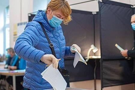 Eine Wählerin in einem Wahllokal in Vilnius. Litauen hat ein neues Parlament gewählt. Foto: Alfredas Pliadis/XinHua/dpa