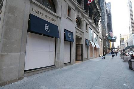 Das Juweliergeschäft Harry Winston auf der 5th Avenue wurde mit Brettern verbarrikadiert, um mögliche Plünderungen und Vandalismus rund um die US-Präsidentschaftswahl verhindern. Foto: Dan Herrick/ZUMA Wire/dpa