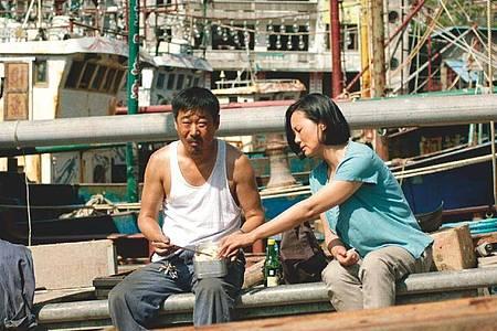"Wang Jingchun (l) als Liu Yaojun und Yong Mei als Wang Liyun in einer Szene des Films ""Bis dann, mein Sohn"". Foto: Piffl Medien/dpa"