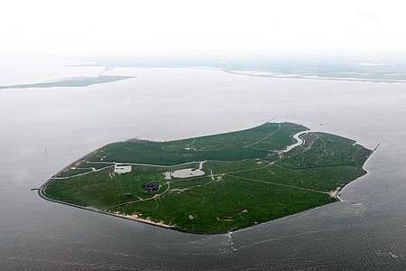 Die Luftaufnahme zeigt die Hallig Gröde vor der Nordseeküste in Nordfriesland. Foto: Carsten Rehder/dpa