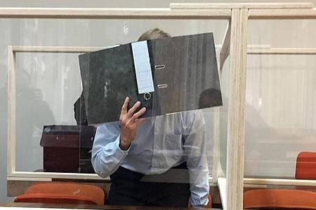 Der 49-jährige Angeklagte ist selbst Vater einer Tochter. Foto: Britta Schultejans/dpa