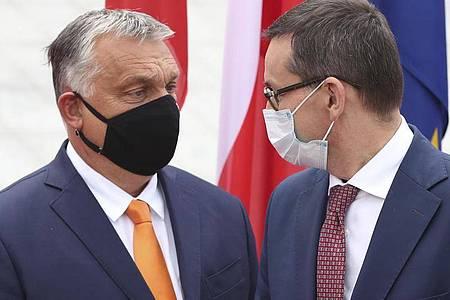 Mateusz Morawiecki (r), Premierminister von Polen, begrüßt Viktor Orban, Premierminister von Ungarn, zum Treffen der Premierminister der Visegrad-Staaten. Foto: Czarek Sokolowski/AP/dpa