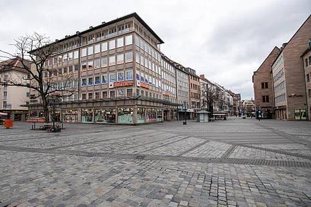 Die sonst am Wochenende gut besuchte Nürnberger Innenstadt bleibt leer. In ganz Bayern gelten seit dem 21. März weitreichende Ausgangsbeschränkungen. Foto: Daniel Karmann/dpa